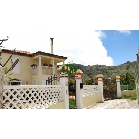 Nice chalet with 4 bedrooms, balconies, terrace and garden.