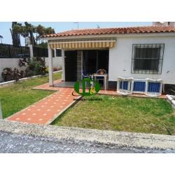 hoekbungalow in een rustige omgeving met een betegelde tuin en 2 terrassen - 1