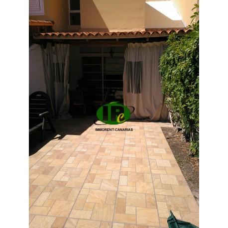 Bungalow dúplex de una habitación. Terraza alicatada, vallada. Con tumbonas y zona de comedor. - 1