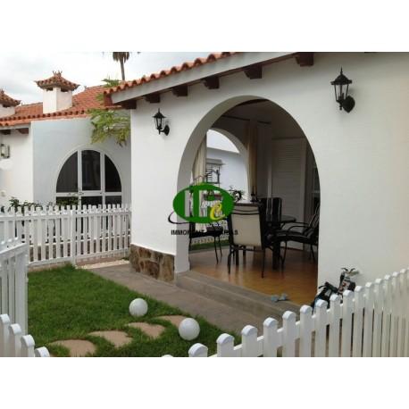 Bungalow de vacaciones con 1 dormitorio, terraza cubierta de azulejos y algunos verdes con muebles - 6