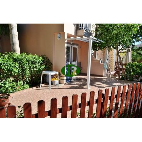 Duplex hoekbungalow met 1 slaapkamer. Betegeld, omheind terras met open zijkant en ligstoelen