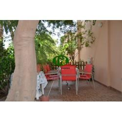 Bungalow en esquina con gran terraza, cercado y alicatado con 1 dormitorio - 1