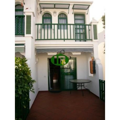 Bungalow op 2 etages met 1 slaapkamer. Groot betegeld, omheind terras - 1