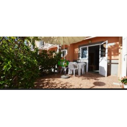 Bungalow con 1 dormitorio en 2 niveles, terraza con seto y zona de estar. - 1