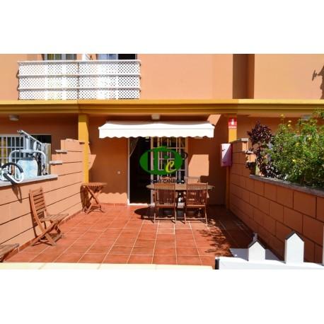 Urlaubsbungalow mit 1 Schlafzimmer, geflieste geschlossene Terrasse mit Markise und Sitzgruppe aus Holz - 1