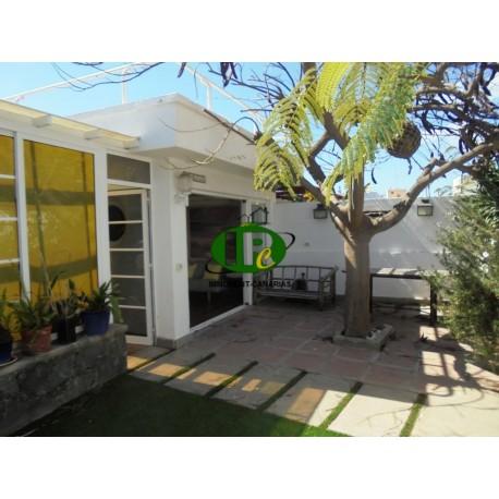 Bungalow independiente en una buena ubicación cerca del mar con 2 dormitorios, gran terraza, jardín de invierno y gran terraza -