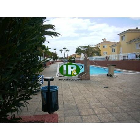 Mooi hoekhuis met 3 slaapkamers, groot terras en oprit voor auto's op een rustige locatie met gemeenschappelijk zwembad