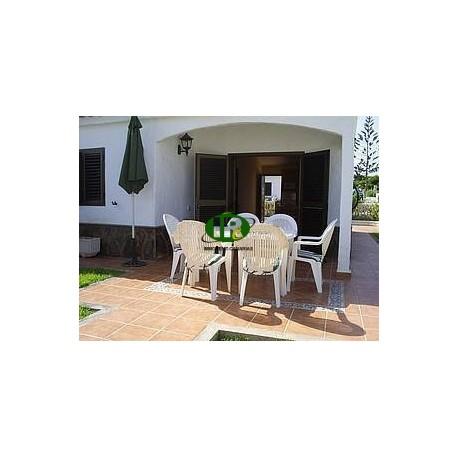 Bungalow auf 50 qm Wohnfläche mit 2 Schlafzimmern. Terrasse gefliest mit Gartenanteil - 2