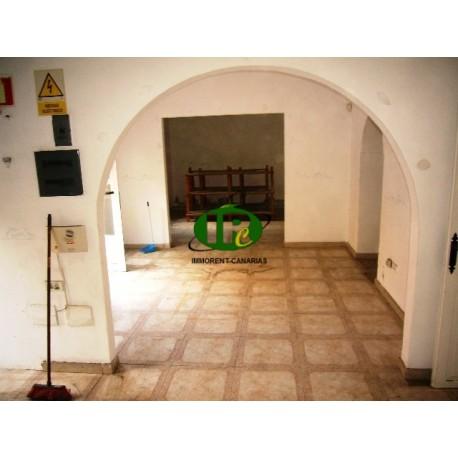 Пустой ресторан в хорошем месте, около 120 квадратных метров на первом этаже в центре Могана