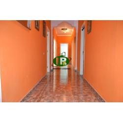 4-комнатная квартира с небольшим балконом и патио с естественным освещением. Расположен на 1 этаже с лестницей