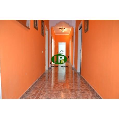 4-комнатная квартира с небольшим балконом и патио с естественным освещением. Расположен на 1 этаже с лестницей - 6