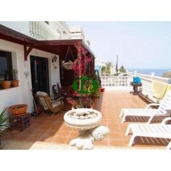 Двухэтажный дом с 3 спальнями и 2 ванными комнатами на склоне холма площадью 97 кв.м с прямым видом на море